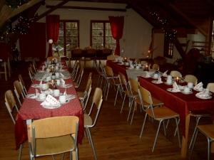 Der Seminarraum gedeckt für eine Geburtstagsfeier