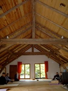 Der Seminarraum ohne Bestuhlung für Yoga oder Entspannungsübungen jeglicher Art