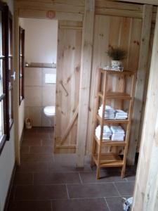 Toiletten und Dusche in natürlicher passender Optik