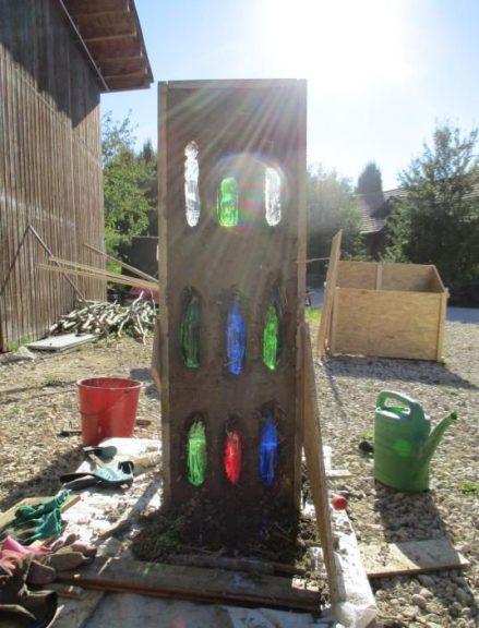 Flaschenfenster, praktische Arbeit beim Permakultur-Design-Kurs